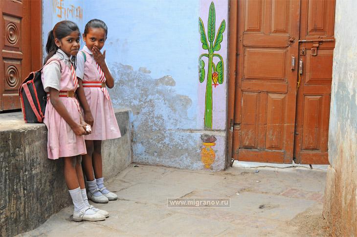 Школьницы, фото школьников. Фотографии двух девочек в ...: http://migranov.ru/india/delhi1/17.php